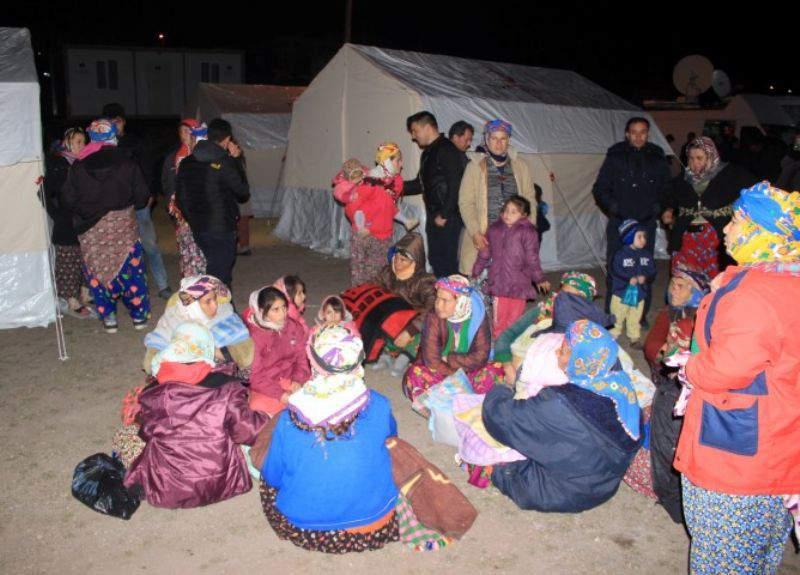 Depremzedeler çadır kapmak için yarıştı