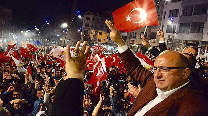 AK Parti'de EVET kutlaması sabaha kadar sürdü