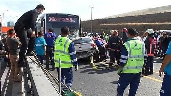 Metrobüs yolunda feci kaza..İşte ilk görüntüler