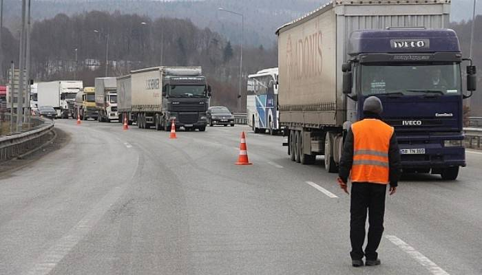 Kaza trafiği durdurdu