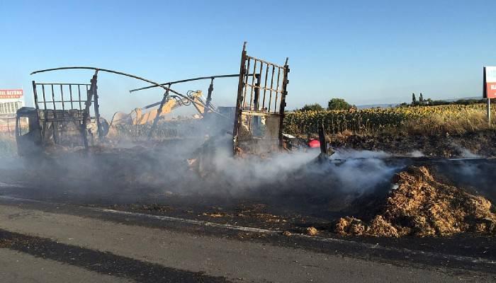 Gelibolu'da saman balyası yüklü kamyon alev alev yandı