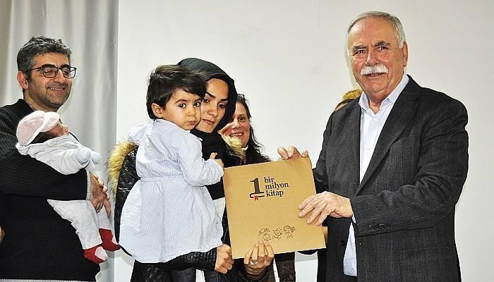 Çanakkale Belediyesi çocuklara kitap dağıttı