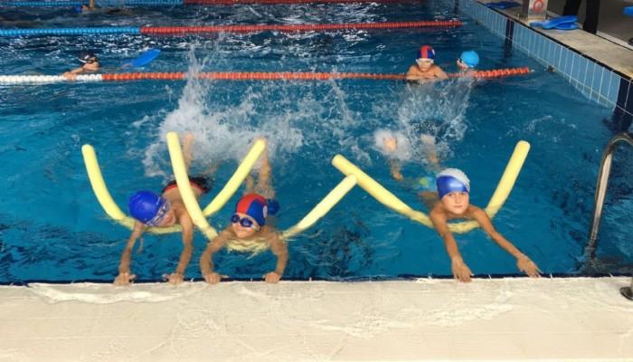 Spor Okulunda Minikler Yüzme Öğreniyor