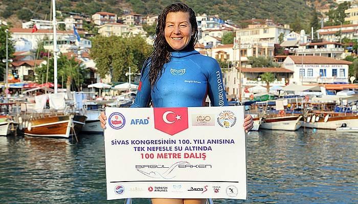 Milli sporcu Erken Kaş'ta Sivas Kongresi için daldı (VİDEO)