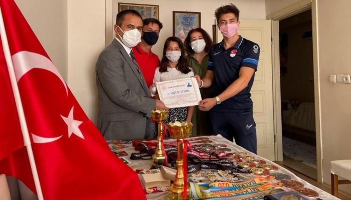 Vali İlhami Aktaş, Çanakkale'nin Olimpiyata Giden İlk Milli Sporcusu Oğuz Uyar'ı Evinde Ziyaret Etti