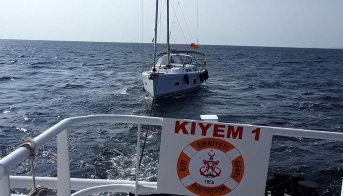 Çanakkale Boğazı açıklarında yakıtı azalan tekne kurtarıldı