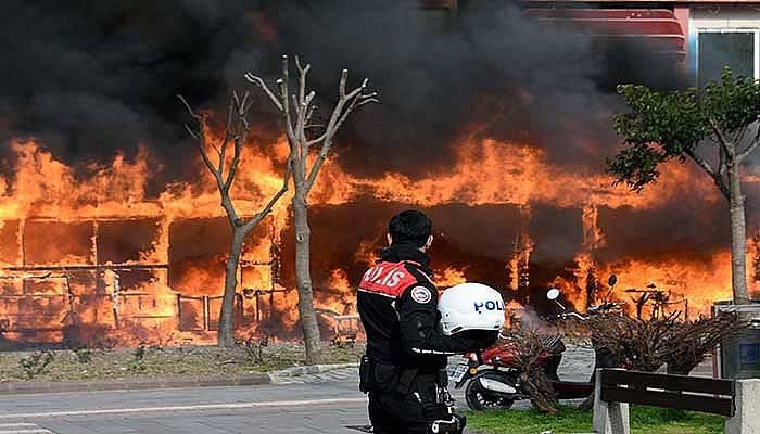 Kafede çıkan yangın yandaki binalara sıçradı (VİDEO)