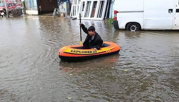 Yağmur yağdı, dışarı deniz botuyla çıktı