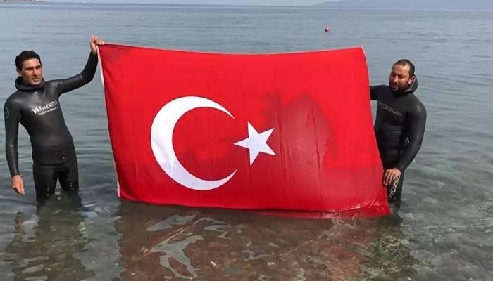 Milli sporcular, 19 Mayıs anısına Assos'ta 50 metre derinlikte Türk bayrağı açtı