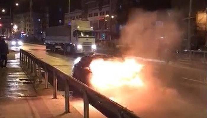 Seyir halindeki araç alev alev yandı (VİDEO)