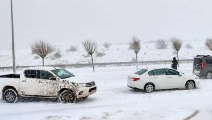 Biga'da yoğun kar nedeniyle ağır tonajlı araçlar bekletiliyor