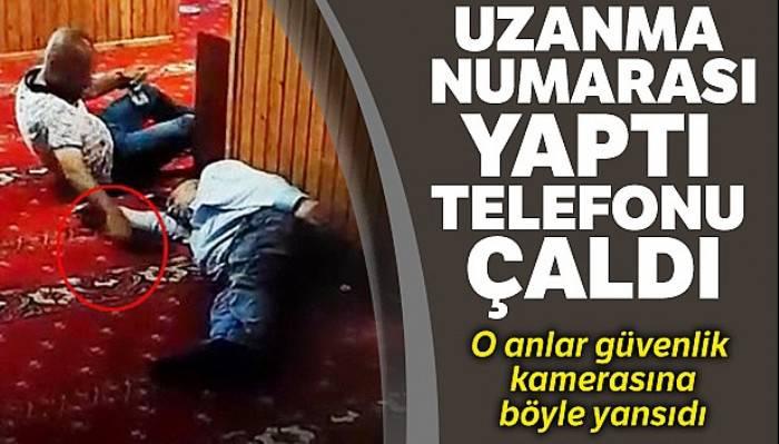 Karaköy'de camide uzanma numarası yaptı, uyuyan şahsın telefonunu böyle çaldı