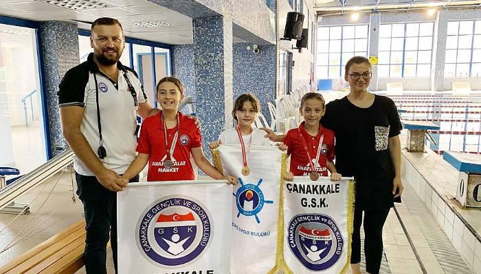 Yüzme yarışlarında madalyalar dağıtıldı