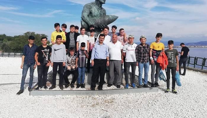 25 genç Çanakkale Şehitler Mezarlığını ziyaret etti
