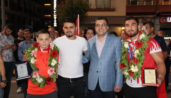 Çan'da Avrupa Şampiyonu güreşçisine coşkulu karşılama (VİDEO)