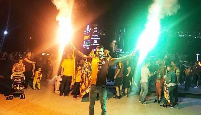 Biga'da Galatasaray Taraftarları Şampiyonluğu Kutladı