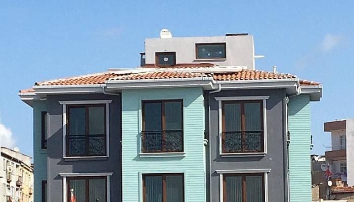 Çatıdaki tabela tehlike saçıyor