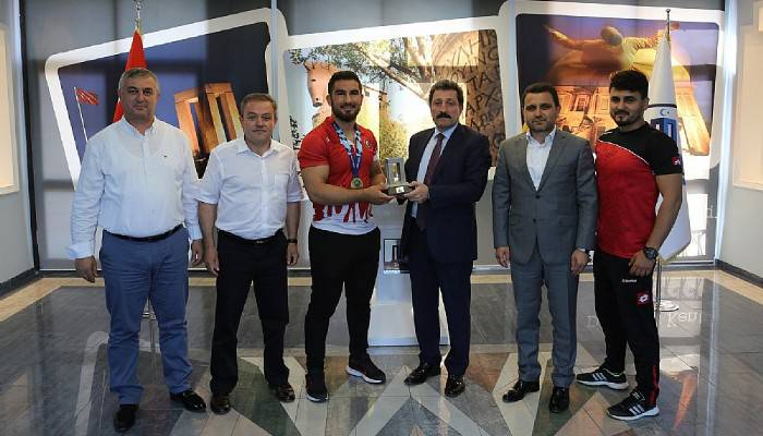 Vali Orhan Tavlı, Gençler Avrupa Serbest Güreş Şampiyonu Feyzullah Aktürk'ü Kabul Etti