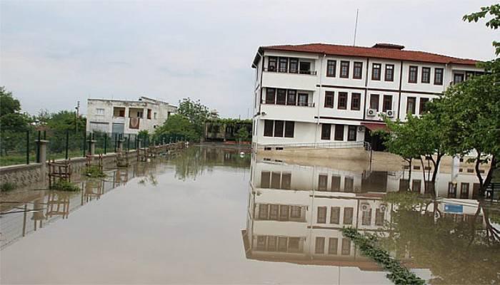 Sular altındaki okulda mahsur kaldılar
