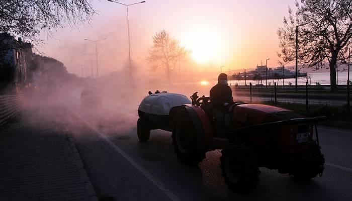 Cadde ve sokaklarda meyve ilaçlama tankerleriyle dezenfeksiyon