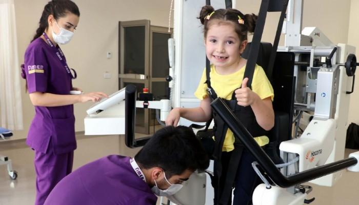 6 yaşındaki Leman, robotik yürüme cihazıyla hayata tutundu