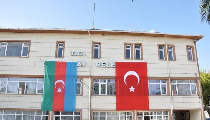 BELEDİYE BİNASINA AZERBAYCAN VE TÜRK BAYRAKLARI ASILDI