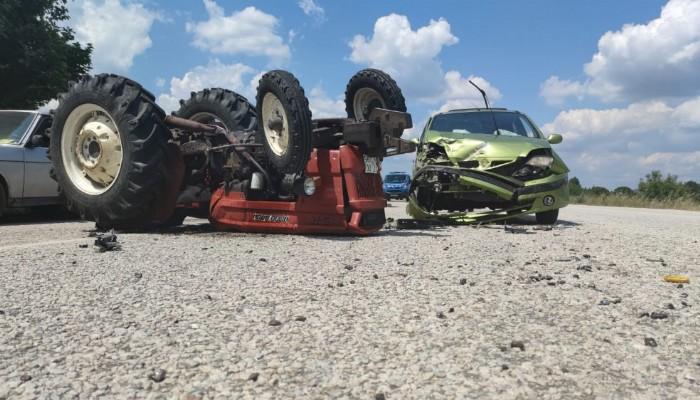 Otomobille çarpışan traktör ters döndü 4 yaralı