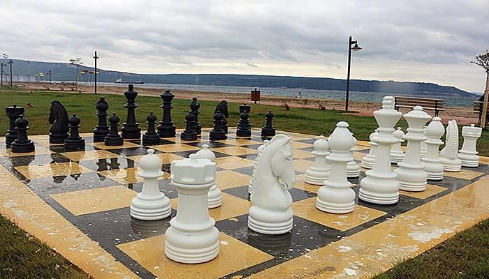 Kepez Park'a açık hava satranç takımı