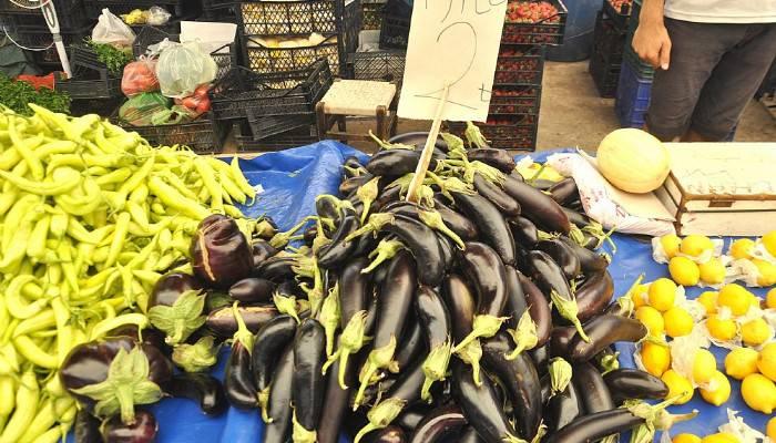 Cuma pazarında bayram kalabalığı