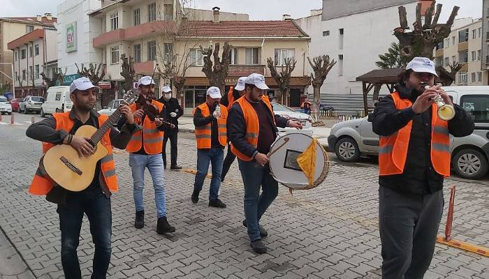 Evde kalan vatandaşlara sokakta moral konseri (VİDEO)
