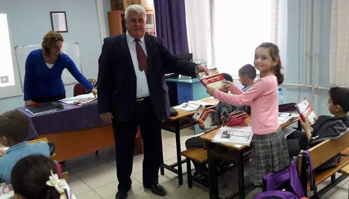 Çardak'ta öğrencilere kitap dağıtıldı