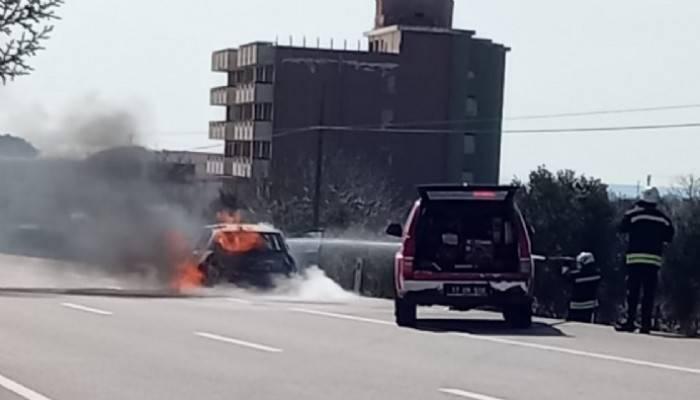 Seyir halindeki otomobil yandı (VİDEO)