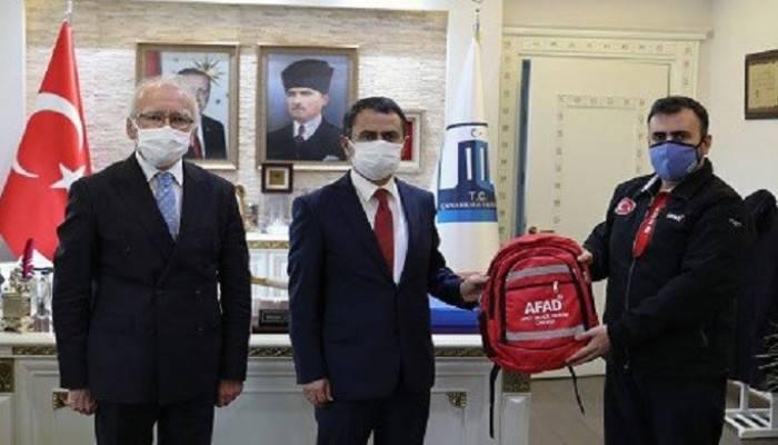 Vali Aktaş'a afet ve acil durum çantası