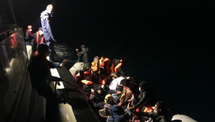 Gökçeada açıklarında lastik bottaki 38 kaçak göçmen kurtarıldı