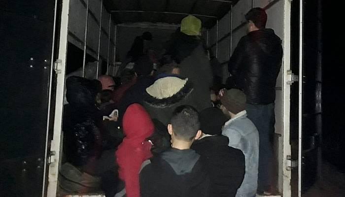 Çanakkale'de durdurulan kamyonetten 65 mülteci çıktı (VİDEO)