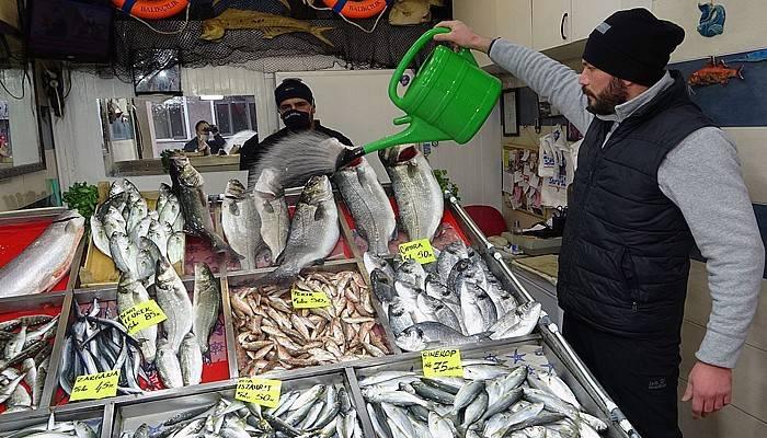 Kar ve soğuğa rağmen balık tezgahları boş kalmadı