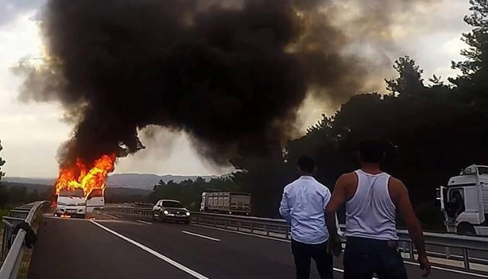 Minibüs otobanda alev alev yandı (VİDEO)