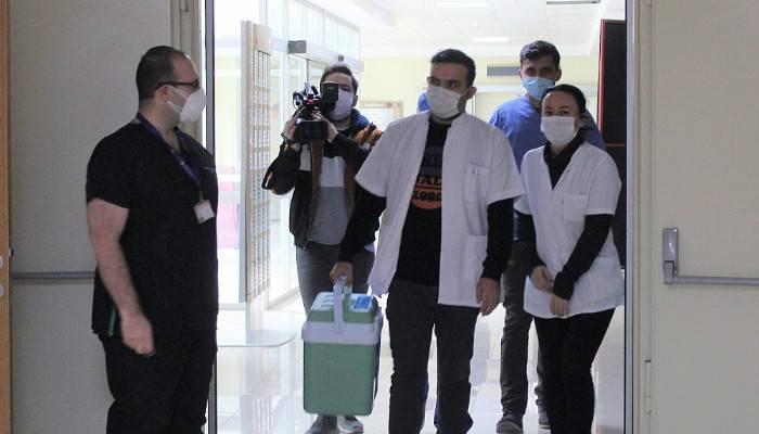 2 POLİKLİNİK VE 20 AŞI UYGULAMA ODASI BELİRLENDİ: ÇOMÜ Hastanesinde aşı trafiği