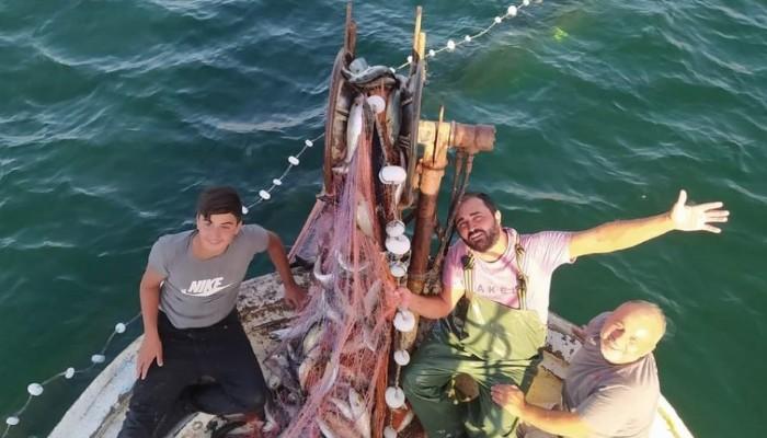 Çanakkaleli balıkçı, 15 bin tane lüfer yakaladı (VİDEO)