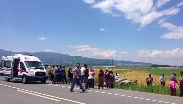 İşçileri taşıyan otomobil tarlaya devrildi: 1 ölü, 5 yaralı