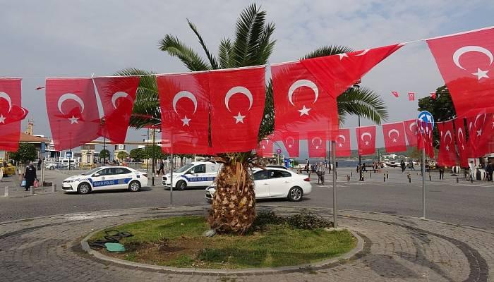 Mehmetçiğe destek için şehrin göbeğine 1 kilometre boyunca Türk bayrağı astılar (VİDEO)