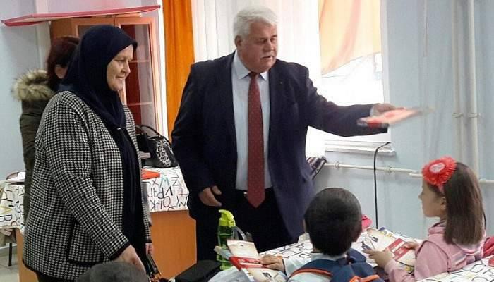 Belediye okuma haftasında kitap dağıttı