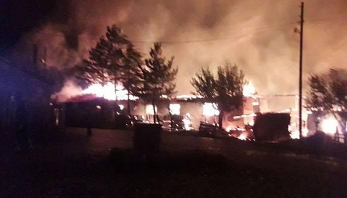 Çavdarhisar'daki yangında 3 ev kül oldu