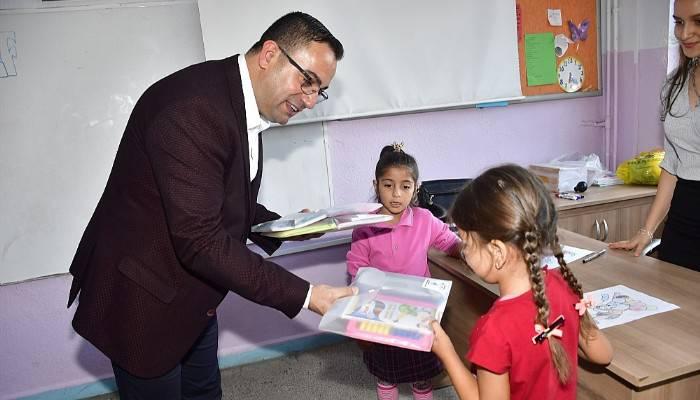 Başkan Erdoğan, ilkokul öğrencilerini sevindirdi