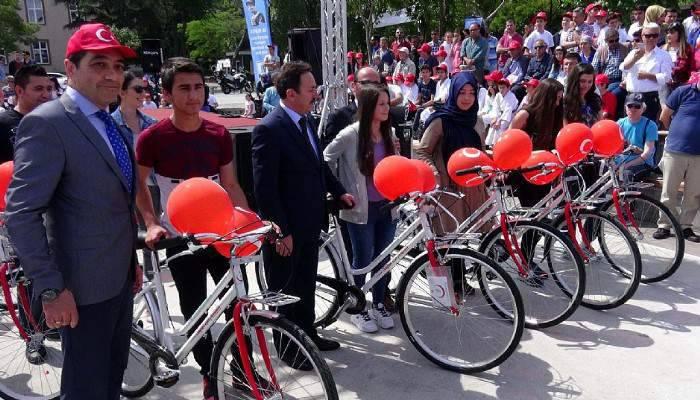 Öğrencilere sağlıklı yaşam bisiklet dağıtıldı