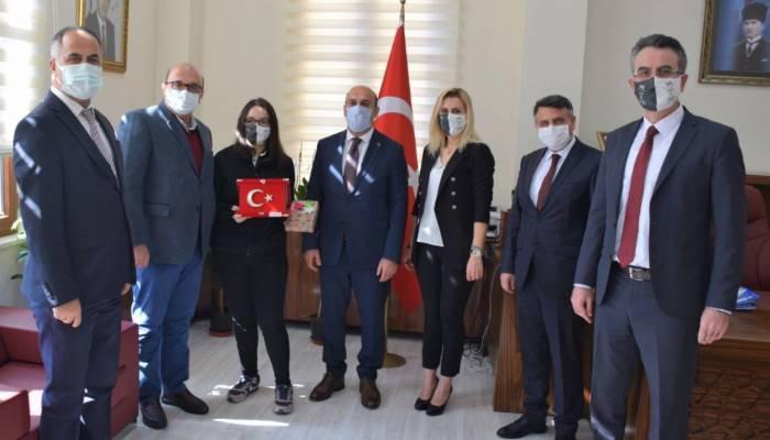 BÖLGE BİRİNCİSİ ÖĞRENCİ'DEN KAYMAKAM CAN'A ZİYARET