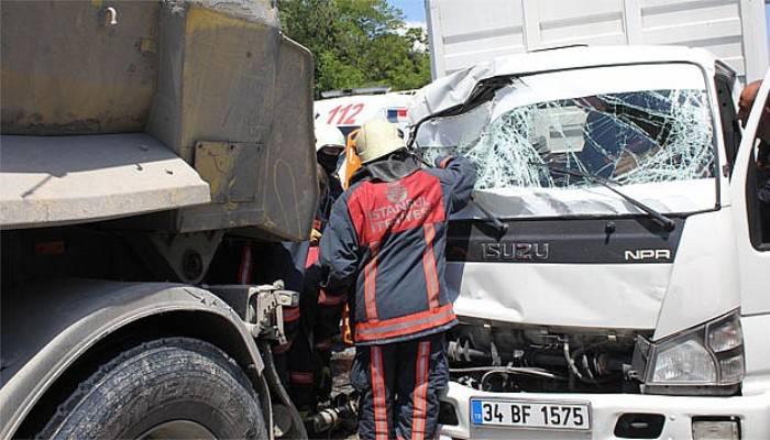 Eyüp'te hafriyat kamyonu kazası, vatandaşlar birbirine girdi