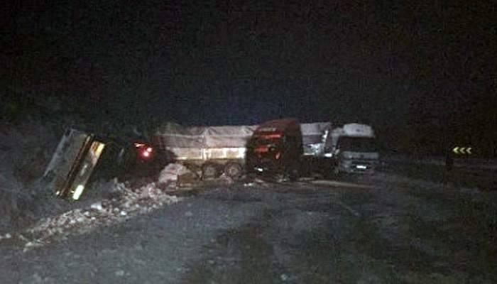 Zincirleme trafik kazası: 5 tır, 3 kamyon, 2 otomobil