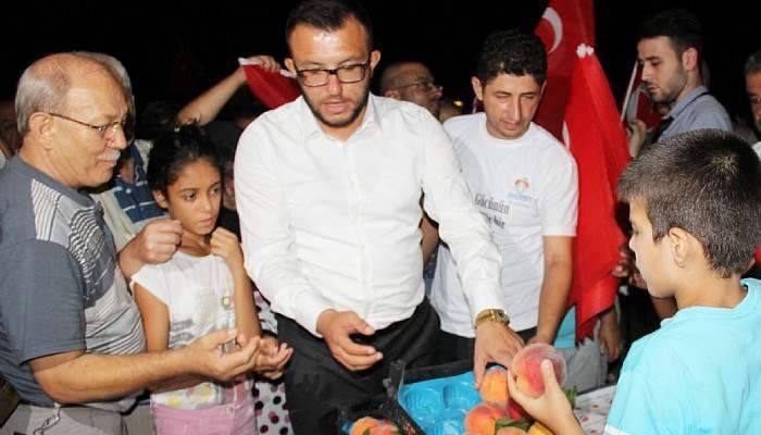 Demokrasi nöbetinde 2 ton şeftali dağıtıldı