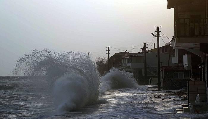 Lodos dalgaları Küçükkuyu sahillerini dövdü
